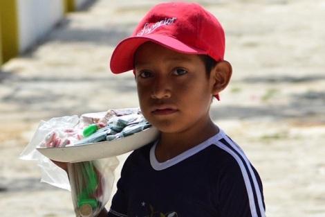 Niño trabajando vendedor ambulante en la alameda.
